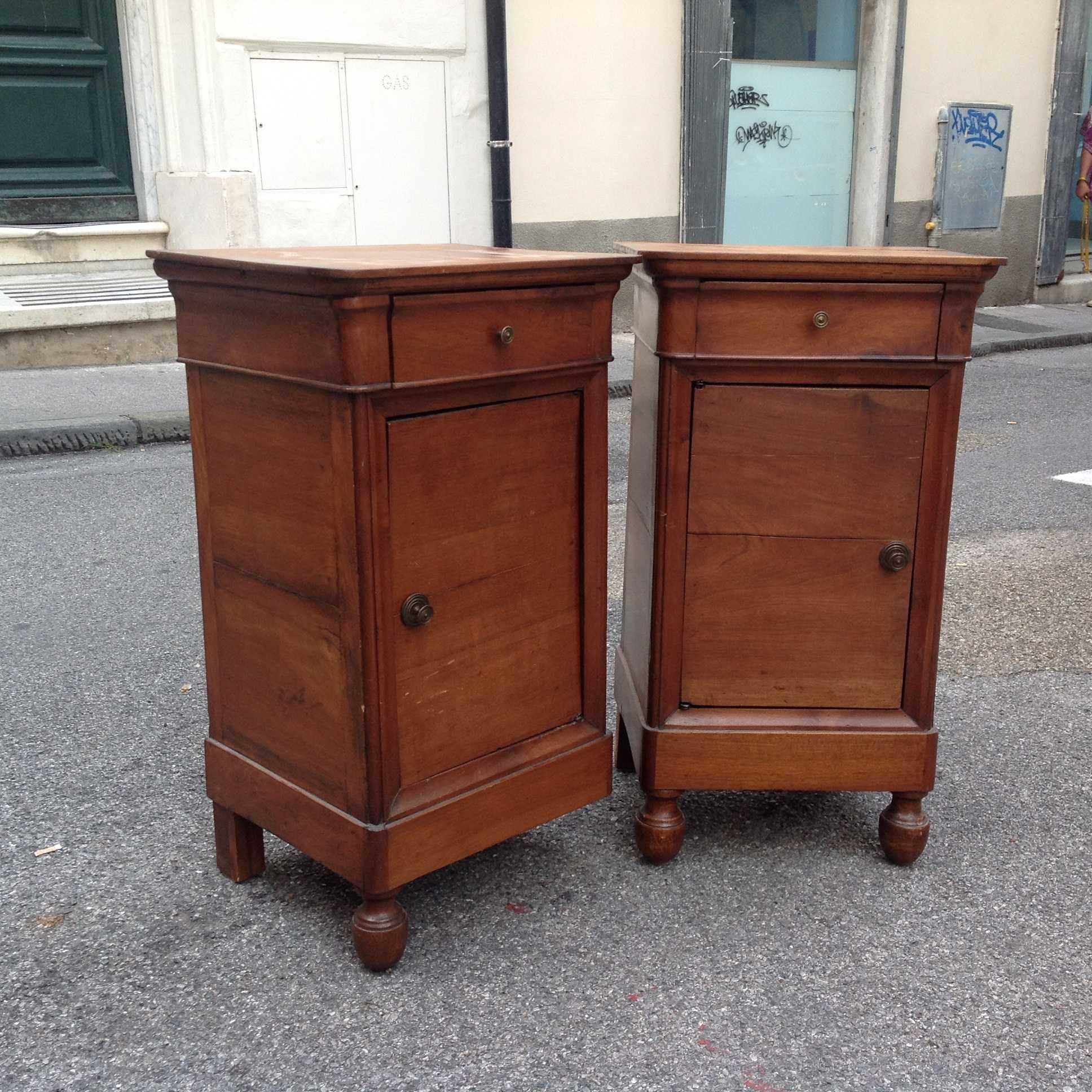 Coppia comodini noce restaurazione piemonte 800 for Valutazione mobili antichi