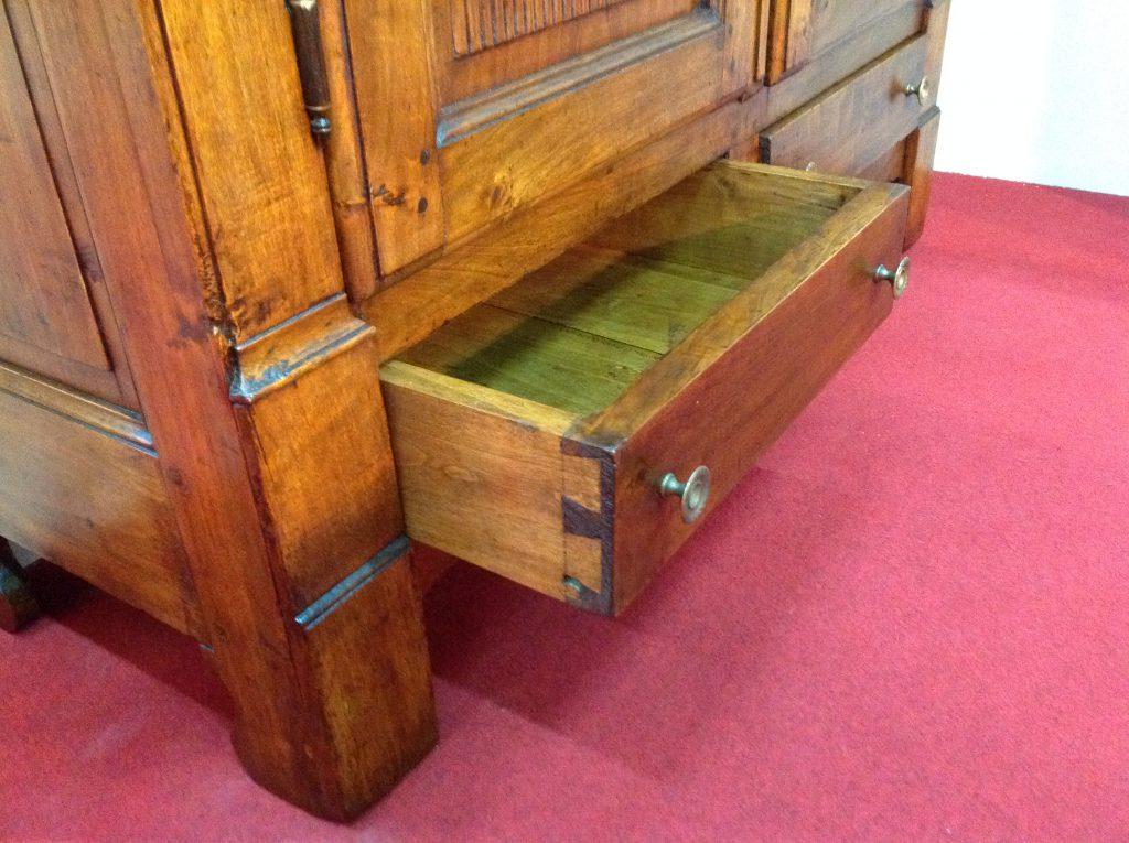 Particolari armadio arredamento mobili antiquariato musetti - Riconoscere mobili antichi ...